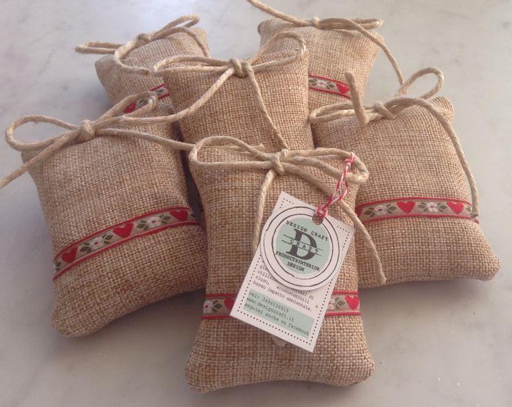 Sacchetti profuma biancheria realizzati a mano, possono essere personalizzati per creare bomboniere, segnaposto o semplici regalini per le amiche.