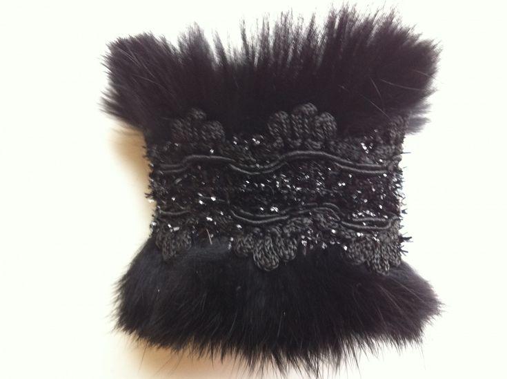 bracelet en fourrure et dentelle noir : Bracelet par audrey-burn
