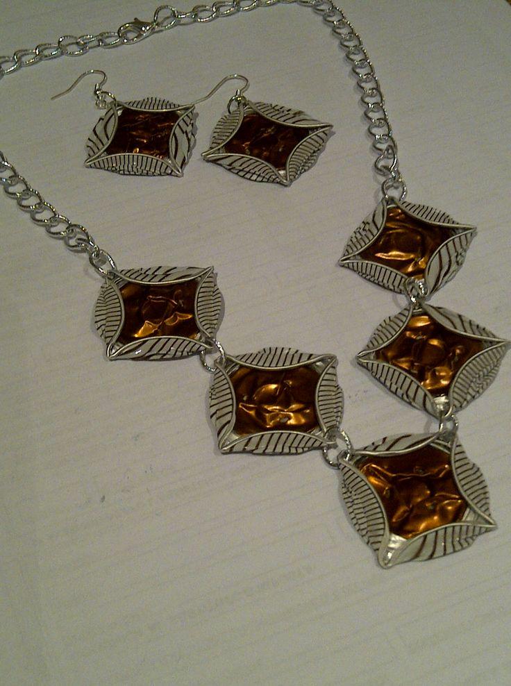 Collana girocollo e orecchini   con cialde nespresso a rombi bronzo e bianche   CL65   O25                                    Collana g...