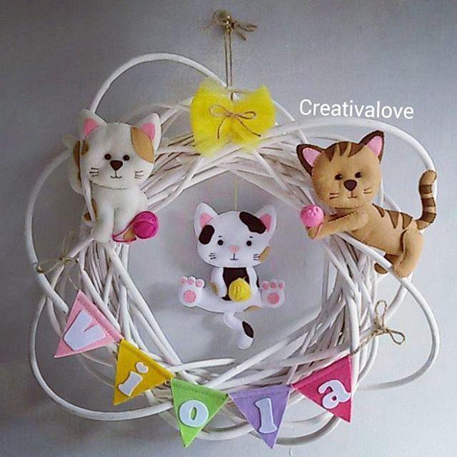 La mamma di #viola adora i #gatti... e per questo ha scelto questi tre adorabili #gattini, per decorare la #ghirlanda che appenderà alla porta della cameretta della sua piccolina. 💕🐈💛🐱💚🐈💕 #creativalove #fattoamano #pannolenci #ghirlandafuoriporta #fuoriporta #ghirlandanascita #nascita #bimbi #bimba #bebèinarrivo #creativemamy #percorsicreativi #creatività #feltro #feltrolove