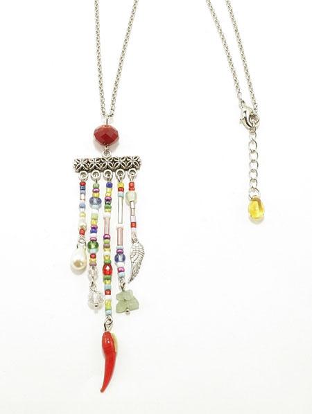 Sautoir Tarsila Long sautoir avec chaine en laiton doré à l'argent avec un grand pendentif grigri ornée de perles de rocailles et des perles diverses.