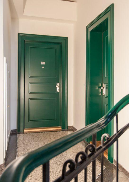 Vrámci vydařené rekonstrukce byly instalovány vstupní bezpečnostní dveře NEXT SD 102 jak v jednokřídlém tak i dvoukřídlém provedení. Dveře ve třetí bezpečnostní kategorii byly opatřeny funkčním a odolným frézovaným kazetovým povrchem v RAL barvě s dřevěným obložením zárubní.