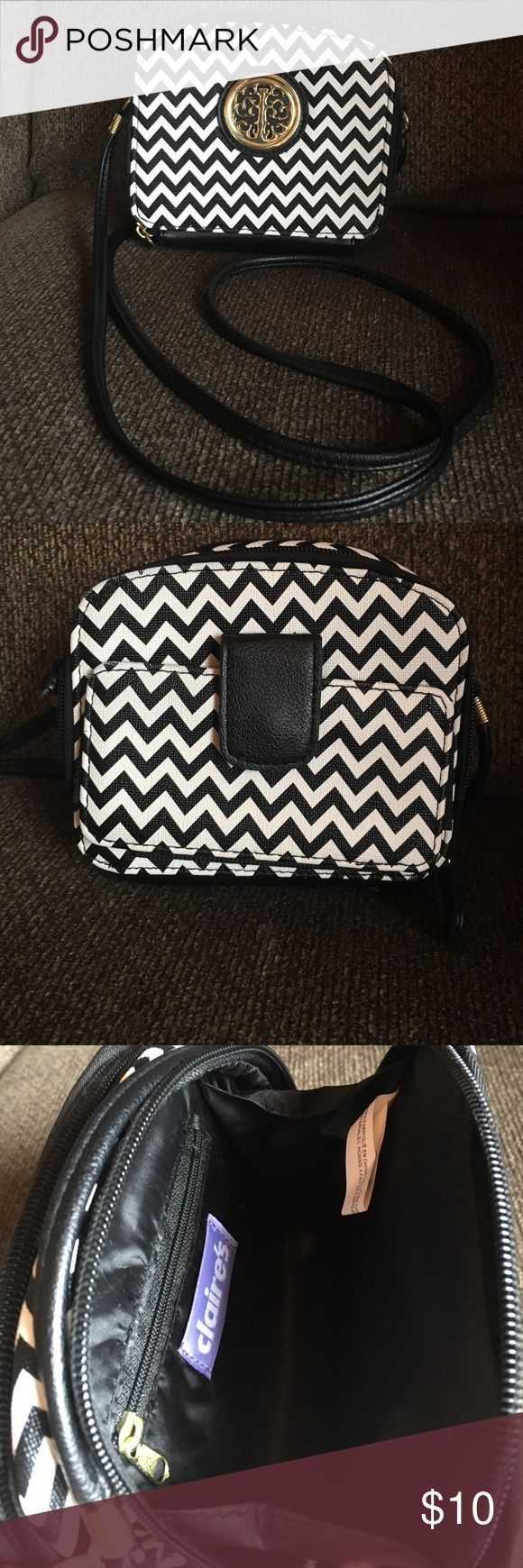 LIKE NEW! Crossbody black and white chevron purse LIKE NEW! Cute cross body black and white chevron purse. Only used for one week last year in Vegas! 🎲🎲 Bags Crossbody Bags