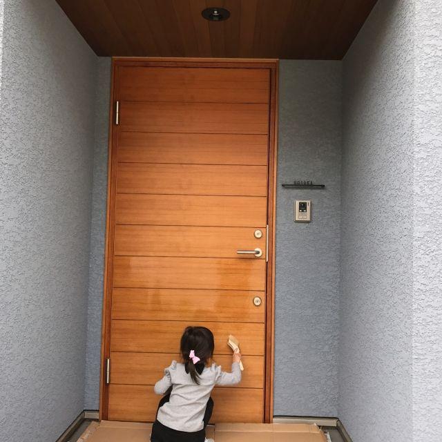 玄関 入り口 レッドシダー天井 スウェドア 木製玄関ドア 外壁 などの
