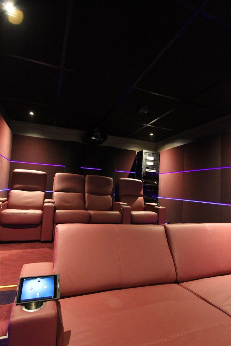 Vue d'ensemble salle de cinéma privée. Siège & day beds Moovia, rack Middle Atlantic, système acoustique Cinéma Privé, gestion de lumière Lutron, projecteur Sony 4K, domotique Control4. #sony #4K #middleatlantic #control4 #mooviaseating @artandsound0330