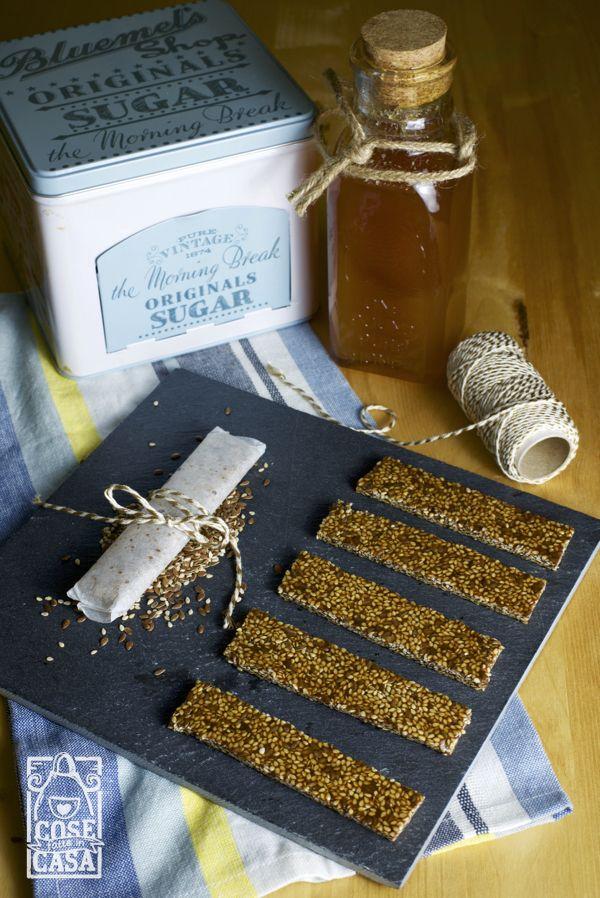 Le barrette al miele con sesamo e lino sono un'idea facile e veloce da sgranocchiare mentre si legge un romanzo dolce come il miele!