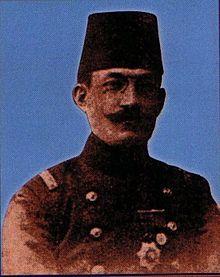 """Ahmet Refik Altınay - Vikipedi-Ahmet Refik Altınay (1881, Beşiktaş - 1937), Türk tarihçi, yazar, şair, Darülfünun tarih müderrisi ve yüzbaşı.  Tarih öğretmenliğindeki tecrübesini; gazete ve dergilerde yayınladığı araştırma dizileri ve tarihi hikayeler yoluyla daha geniş kitlelere tarihi okutma ve sevdirmek için kullanmış bir yazardır. """"Tarihi sevdiren adam"""" sıfatıyla anılır. Çalışmaları ağırlıklı olarak Osmanlı Devleti üzerinedir."""