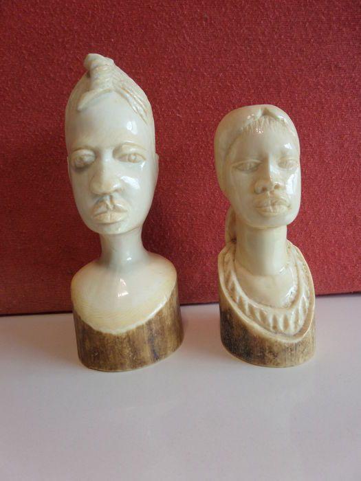 2 Antiek ivoren busten van afrikaanse vrouwen - D.R. Congo  twee gesculpteerde busten van 2 Afrikaanse vrouwen uit ivoor.Herkomst Belgisch-Congo.mooie primitieve kunst.15 cm hoog.ovaal vlak : 5.5 x 6.5 cm.450 gram.12.5 cm.ovaal vlak: 4.5 x 6 cm.305gr.De aanbieder garandeert dat dit object antiek ivoor is gemaakt voor 1947 en dus is toegestaan volgens de CITES regelgeving. Dit object wordt geleverd met een certificaat van Beëdigd taxateur expert Leatitia Walter.Dit object wordt aangetekend en…