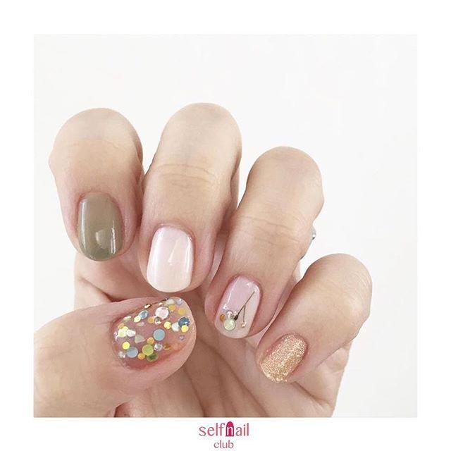 (@___honoringo1003)さんの、 「春のキラキラネイル」を紹介します💅🏻 . 〜やり方〜 ①ベースコートを塗ります。 ②人差し指にカーキ、小指にゴールドラメのポリッシュを塗ります。 ③中指と薬指にホワイトを塗ります。 ④親指にトップコートを塗って、乾く前にラインストーン、シェル、ホログラムを、ランダムに置きます。重なる部分があっても大丈夫です。 ⑤薬指にラインストーンを使って花を作ります。茎の部分は、ネイル用ドライフラワーの花びらを取り除いた茎だけを使いました。 ⑥トップコートを塗って完成です。 . 〜使用したもの〜 白色:ducato コンデンスミルク トップコート&ベースコート:CANMAKE  ラインストーン、ホログラム、シェルはどれも100均のものです。 . 〜ポイント〜 親指1本に、キラキラを詰め込みました。そのほかの指はシンプルに仕上げるのがポイント。 . 《セルフネイル部編集部からのコメント💅🏻》 春のキラキラネイル可愛いですね🌿バランスがよく素敵なネイルデザインです💅🏻 . 💅🏻💅🏻💅🏻 《思い出ネイル企画》…