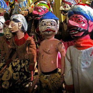 Setiap malam purnama, Desa Ciptagelar menggelar wayang golek di depan Imah Gede—rumah Abah Ugi dan Mak Alit. Keduanya adalah pemimpin tradisi Kasepuhan Adat Banten Kidul, mencakup kabupaten Bogor, Sukabumi, dan Banten.