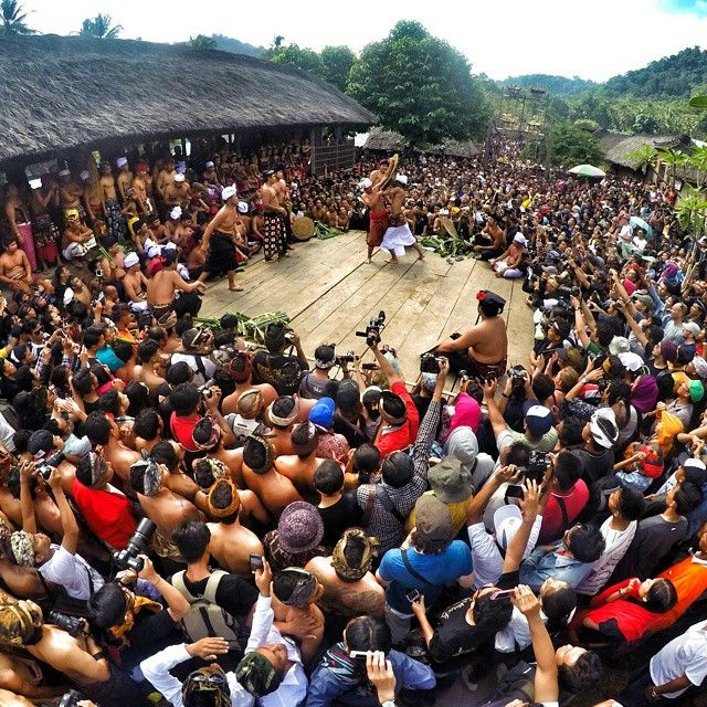 Perang Pandan adalah upacara persembahan yang dilakukan untuk menghormati Dewa Indra (dewa perang) dan para leluhur. Perang Pandan disebut juga mekare-kare. Kegiatan upacara ritual ini diadakan tiap tahun selama dua hari pada sasih kelima(bulan kelima kalender Bali atau biasanya bulan juni) di Desa Tenganan, Karangasem Bali, yang terletak di 70 km timur Denpasar Bali . Desa ini masuk salah satu desa tua di Bali, desa ini disebut Bali Aga.