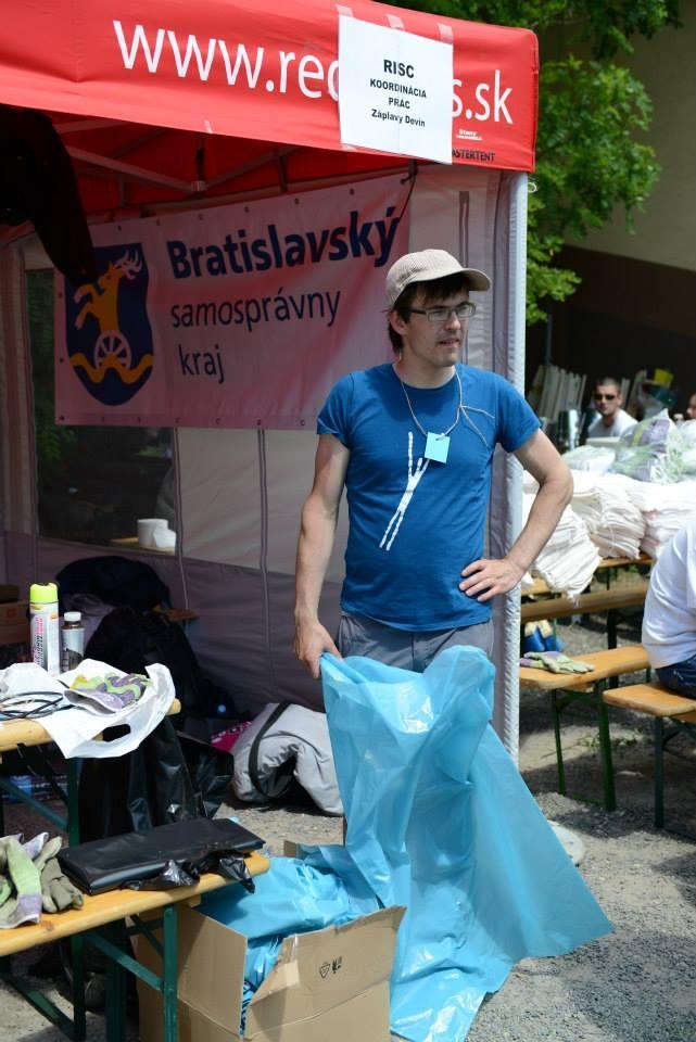 Lukáš Zajac spolu s Majou Sliackou a Martinom Horákom koordinovali práce po povodniach.