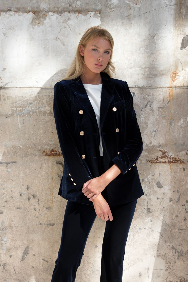 Velvet vibes! #fashion #gutsgusto #velvet #vibes #autumn #winter #model #girl #blond #blue #velvetsuit #velvetblazer #outfit #ootd #style #styling #photography #photoshoot #location #modeling