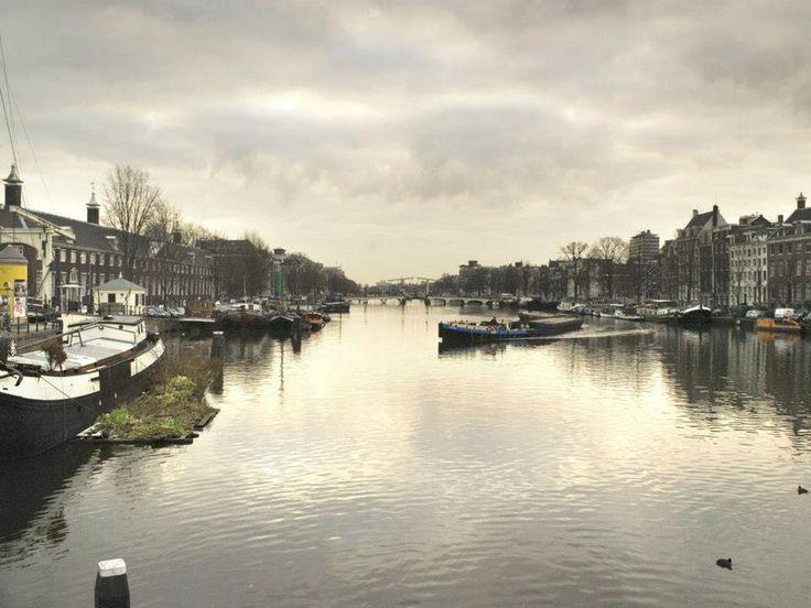 2006 Amstel Het gebied rond de rivier de Amstel heet vanouds het Amstelland. In de 17e en 18e eeuw stonden er vele buitenverblijven van rijke Amsterdammers langs deze rivier. De meeste hiervan zijn inmiddels verdwenen. Twee oude landhuizen langs de Amsteldijk bestaan nog: Oostermeer en Wester-Amstel.