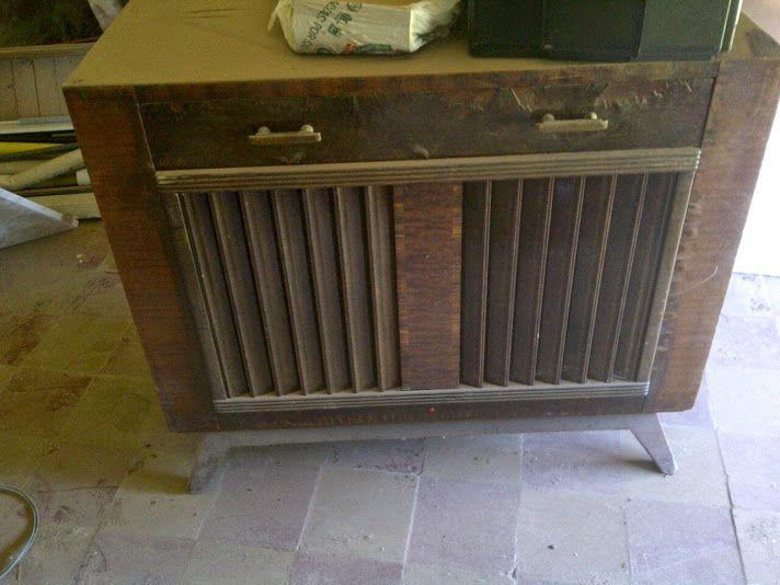 Combinado antiguo, con tocadisco y radio. Funciona. Excelente estado. Se puede pedir restaurado. y lo tenemos a la venta. Un accesorio super vintage para tu casa! www.facebook.com/antiguedadesvintage