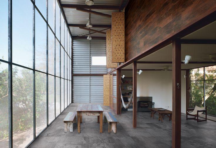 Donkerder verouderd beton vloertegels 75x75 met de bruine geoxideerde metaal tegelstroken op de wand (37) Tegelhuys