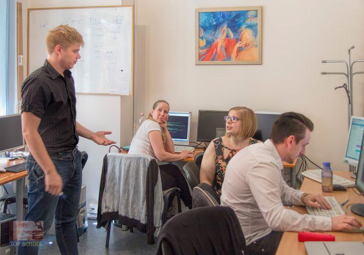 A Szoftverfejlesztő OKJ tanfolyam résztvevői az ELTE Tudománykommunikáció MSc képzés résztvevőivel együtt dolgozva tanösvény alkalmazást készítettek a martonvásári Brunszvik- kastély parkjában létrejövő látogatóközpont számára. #developer #szoftverfejleszto #okj #tanfolyam #programozo #programmer #iskola #topschool #martonvasar