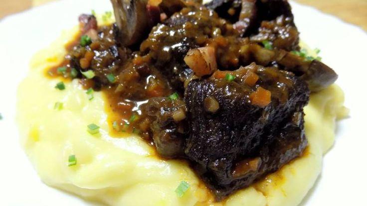 Hovězí líčka po burgundsku, bramborovo-celerové pyré