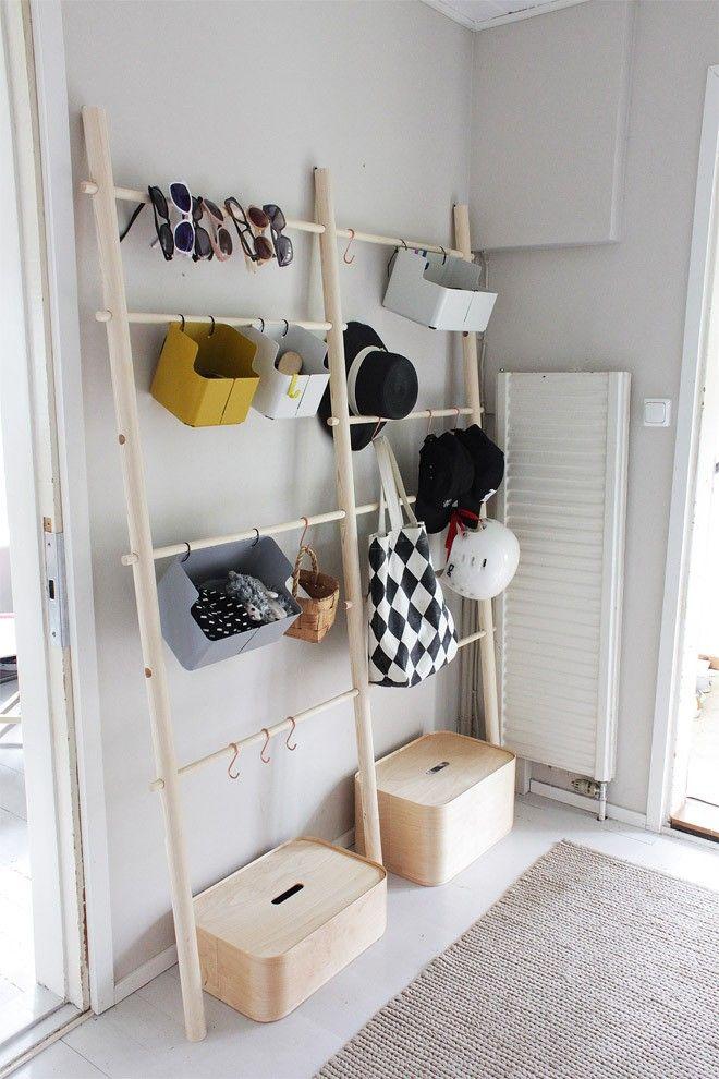 使いやすくておしゃれな玄関は「見せる収納」がポイント!!|SUVACO ... 狭い玄関はいかに省スペースで収納できるかがポイント。はしごのように厚みのない家具を置いて引っかけ収納を造れば、圧迫感もなくスッキリと物を収納することができ ...