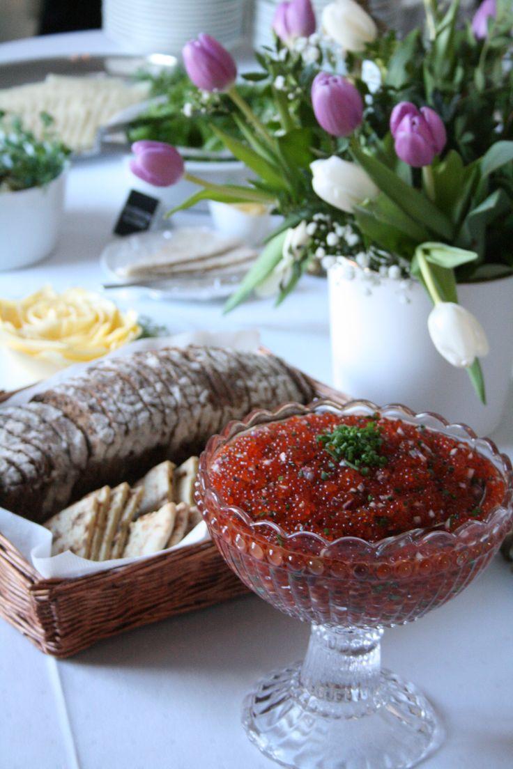 Muistotilaisuuden leipäpöytä.