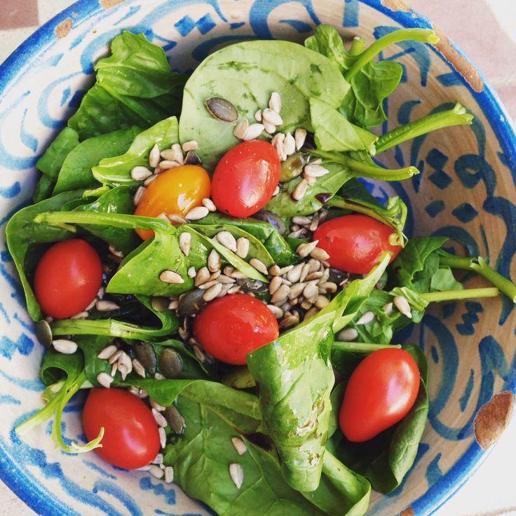 Salade pousses d'épinard, tomates cerises et graines. So fresh, so good!