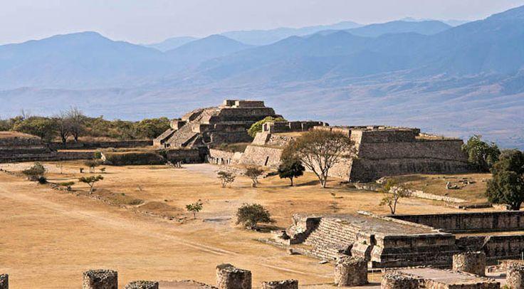 En 1932, el arqueólogo mejicano Antonio Caso descubrió la Tumba 7 en Monte Albán, en Oaxaca. Encontró más de 400 objetos, incluidas cientos de joyas prehispánicas a las que denominó «El tesoro de M…