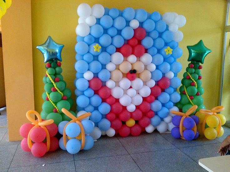 Mural navideño hecho con globos.