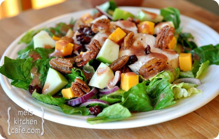 Romaine Salad with Chicken, Cheddar, Apples, Spiced Pecans and Cranberry Vinaigrette-Salada de alface romana com Frango, Cheddar, maçãs, nozes temperadas e vinagrete de Cranberry