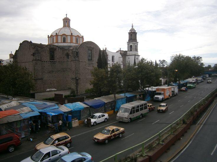 Cerca de Tacuba está Cañitas, el árbol de la noche triste y una casa donde las chácharas dan empleo a los ciegos. Crónicas de Asfalto radio desde Tacubita, la bella.  http://cronicasdeasfalto.com/cronicas-de-asfalto-radio-tacubita-la-bella/