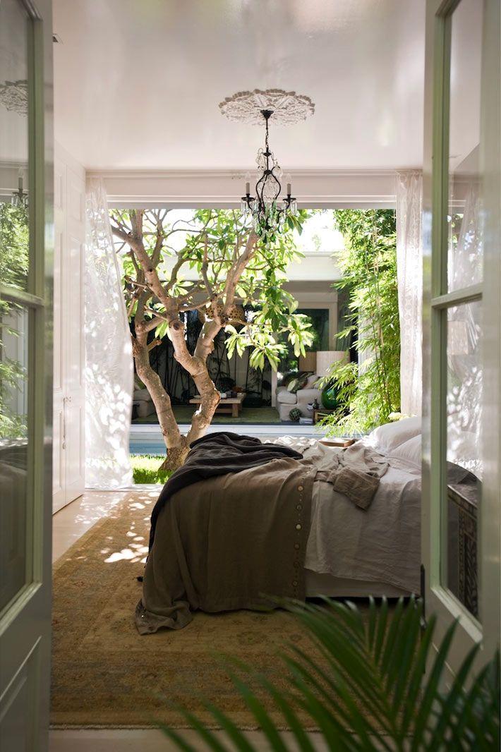 Интерьер спальной комнаты свыходом во внутренний двор с бассейном #ДизайнИнтерьера #InteriorDesign