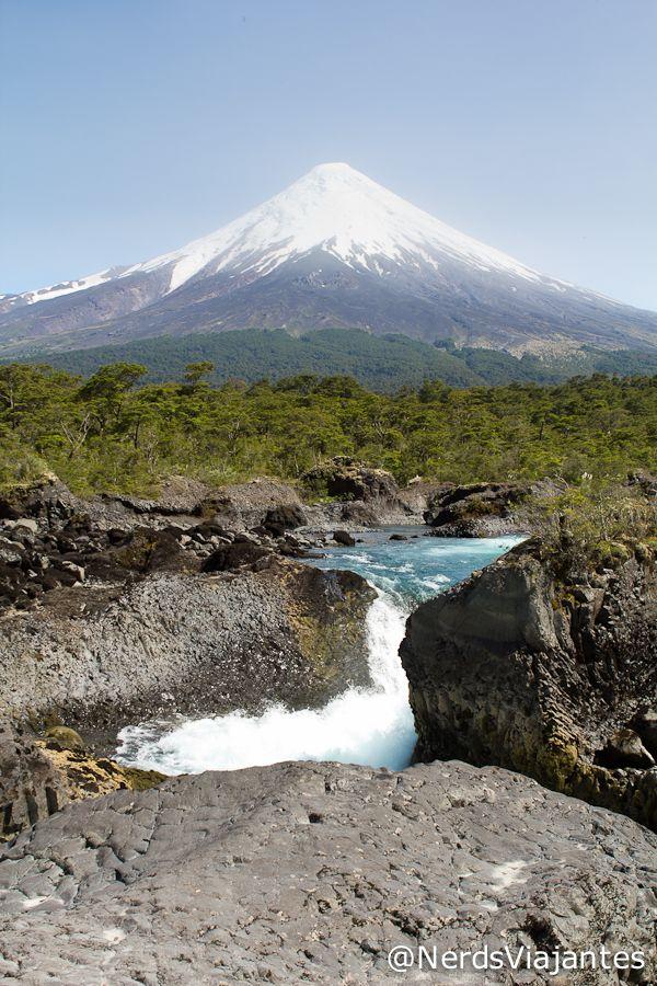 Saltos del Petrohué - Chile Saltos del Petrohué com vulcão Osorno ao fundo http://www.nerdsviajantes.com/2012/02/26/saltos-del-petrohue/