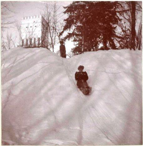 Montando en trineo alrededor del Bastión cerca de la Torre Blanca, parte oeste del palacio Alexandrovski. El parque se encuentra cerca de la ciudad de Pushkin, a 680 kilómetros de Moscú, 25 kilómetros de San Petersburgo. También se conoce como Tsarskoye Selo