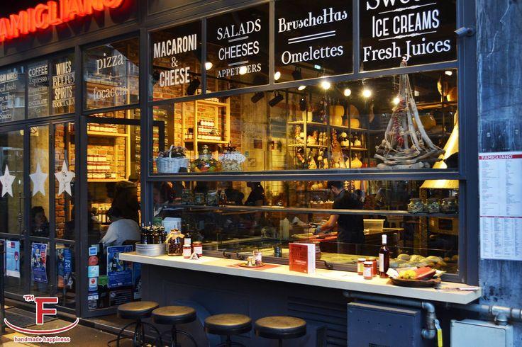 Το όνομα «Famigliano» βγαίνει από την ιταλική λέξη φαμίλια, που σημαίνει οικογένεια ,μια οικογένεια αυθεντικών γεύσεων για τις οποίες είμαστε περήφανοι.   Αποστολή μας είναι να κάνουμε τους πελάτες μας ευτυχισμένους μέσα από το χειροποίητο φαγητό μας.  #Famigliano #Handmade_Happiness #Pizza #Pasta #Burgers #Focaccia #Sweets_and_Coffee #Λευκός_Πύργος