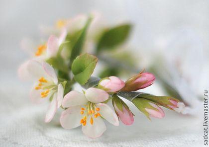 Купить или заказать Браслет для невесты с цветами яблони. в интернет-магазине на Ярмарке Мастеров. Браслет с цветами нежно-розовой яблони выполнен вручную из самозатвердевающей японской полимерной глины, тонирован масляными красками. Лепестки и листочки не ломкие, хорошо гнутся. В основе браслета гибкий проволочный каркас, поэтому он аккуратно ложится на запястье любого размера. Браслет с цветами яблони подойдет в качестве аксессуара как для невесты, так и для подружек.