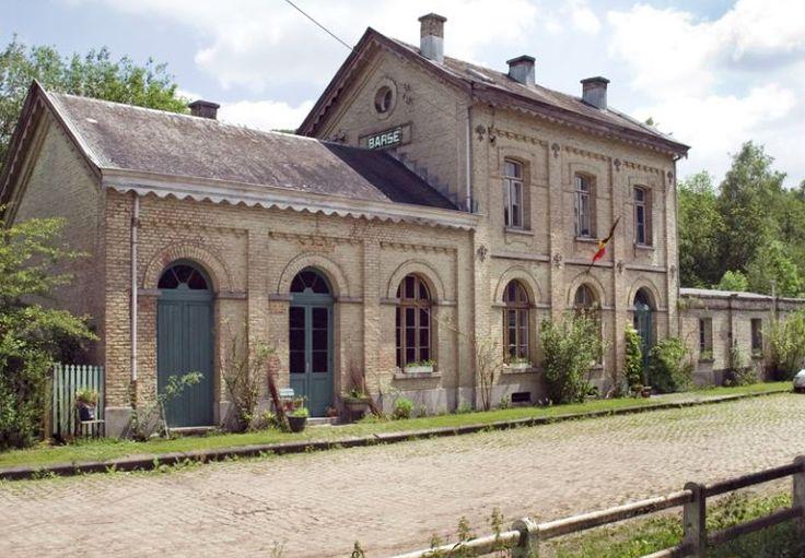 La Gare de Barse is een bijzondere vakantiewoning voor 6 of 7 personen in een voormalig treinstation, gelegen in de prachtige riviervallei in het dorpje Marchin. #origineelovernachten #officieelorigineel #reizen #origineel #overnachten #slapen #vakantie #opreis #travel #uniek #bijzonder #slapen #hotel #bedandbreakfast #hostel #camping #romantisch #reizen