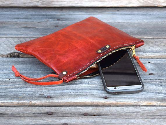 Bolsa de cuero medio / cremallera Monedero / caja del teléfono / cámara muñequera / Tablet manga / Ipad MIni caso / embrague de cuero para el otoño  Ideal para uso nocturno o diurno. También es ideal para colocar en una bolsa más grande y utilizar sobre la marcha. Hechos de piel de naranja impresionante, quemado. (Vaca). Tiene un dulce resistente latón, cremallera de YKK, cosido a máquina con hilo de nylon fuerte.  Es: 9 X 7   Gracias por mirar. Más colores para venir!!!!  Saludos, Dani