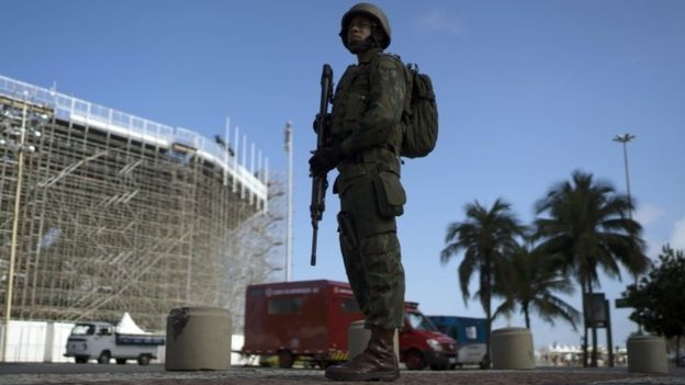 A soldier stands in guard next to the Beach Volleyball venue at the Copacabana Beach in Rio de Janeiro (30 July 2016)