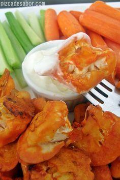 La receta vegetariana de los clásicas boneless buffalo chicken pero de coliflor. Van horneadas en vez de fritas y se sirven con apio, zanahoria y aderezo cremoso, como las originales.