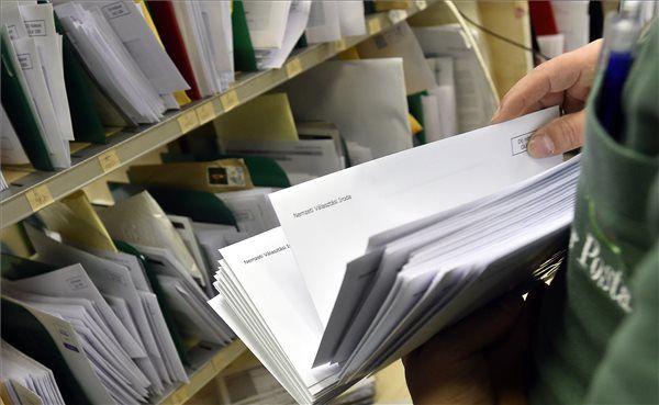 Az április 8-ai országgyűlési választás értesítőit szortírozzák a Magyar Posta Teréz körúti hivatalában 2018. február 12-én. MTI Fotó: Máthé Zoltán - PROAKTIVdirekt Életmód magazin és hírek - proaktivdirekt.com