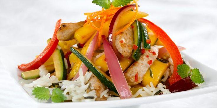 Svinewok med mango - En wok som pirrer smaksløkene med både sterkt, syrlig, søtt og salt. Fargerik er den også!