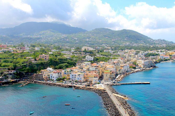 Widok na włoską wyspę Ischia z Zamku Aragońskiego