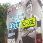 """""""Toma ação, toma controlo, desiste da escola"""". O que seria um anúncio inspirador foi arruinado pela obrigação dos autocarros escolares terem a palavra """"escola estampada"""""""