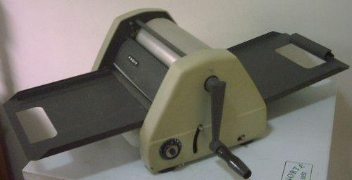 Mimeógrafo. Instrumento utilizado para fazer cópias de papel escrito em grande escala , e utiliza na reprodução um tipo de papel: estêncil e álcool.