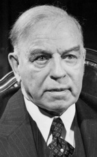 KING, Le très hon. William Lyon Mackenzie, C.P., O.M., C.M.G., B.A., M.A., A.M., LL.B., Ph.D. (1874-1950) baptisé William Lyon Mackenzie King.  10e Premier ministre du Canada - Monarque:  George V.    Création de la Société Radio-Canada ; Office national du film du Canada ; Nationalisation de la Banque du Canada ; Seconde Guerre mondiale ; Crise de la conscription (1944); Introduction de l'épargne-retraite.  Né en Ontario (1921-1926 & 1926-1930 & 1935-1948)