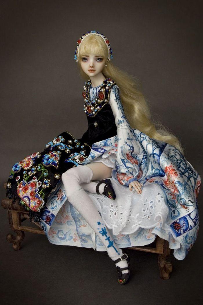 Marina Bychkova est une artiste joaillère russe vivant au Canada qui réalise des poupées de porcelaine féériques et parfois effrayantes.