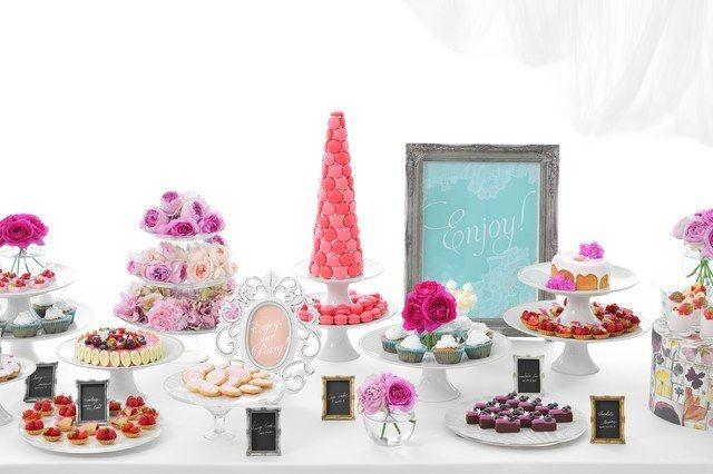 結婚式場写真「憧れの「デザートビュッフェ」は、ピンクのマカロンタワーやイチゴのショートケーキなど、とびきりガーリーに。 「デザートビュッフェ」は、多くのゲストの方々からも好評の演出です」 【みんなのウェディング】