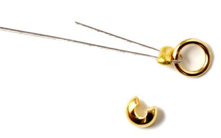 Du klipper så det overskydende wire af ca. 3-4 cm før wireklemmen, det forstærker kæden hvis der sidder en stump tilbage, men kun hvis der er plads til at den kan gå med tilbage gennem perlen. En fladklemt wireklemme ser ikke så pæn ud, og du kan derfor bruge en wireklemmeskjuler (crimp cover) til at skjule wireklemmen. En wireklemmeskjuler er en åben kugle som du fører henover wireklemmen og forsigtigt klemmer om, så det ligner en kugle forenden af wireren.