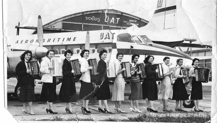 Le Quintette féminin d'Accordeon de Paris am Flughafen Paris-Orly 1957. Stichworte: #Accordion #Orchestra #Photography #Vintage