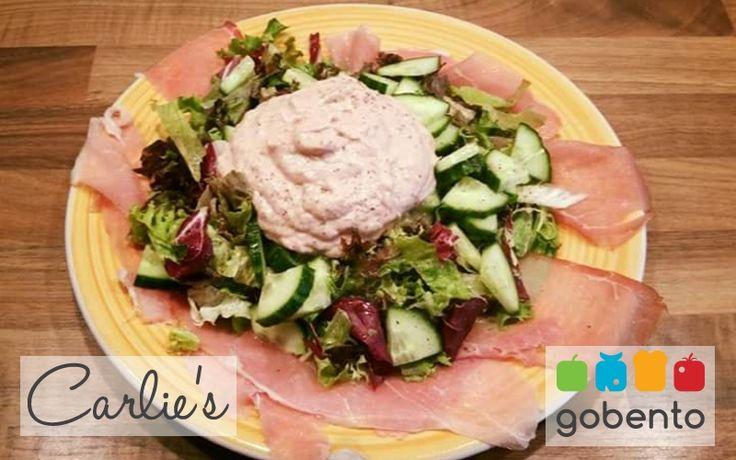 Salade met tonijnmousse, eiwitrijke lunch passend in een koolhydraatarm dieet. Onderdeel van de weekmenu's van gobento.nl