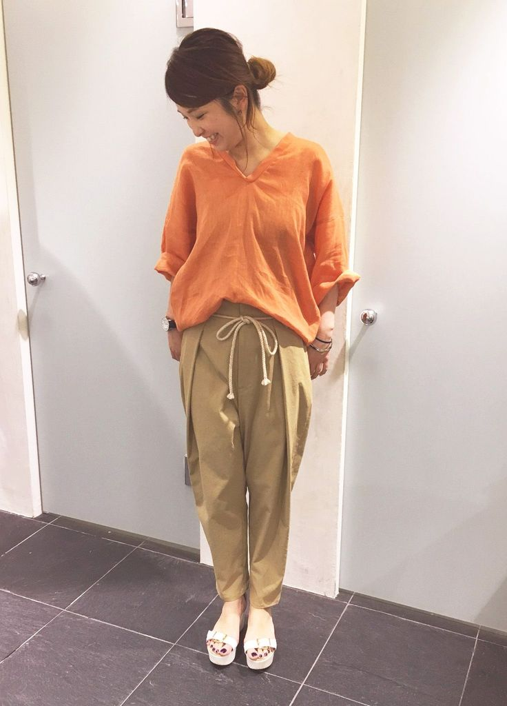 夏の日差しに映えるビタミンカラーのリネンシャツ。トーンを抑えたオレンジは、色物を着慣れない方へオススメ!同系色のベージュのパンツと合わせることで、派手になりすぎずすっきりとした印象に決まります。